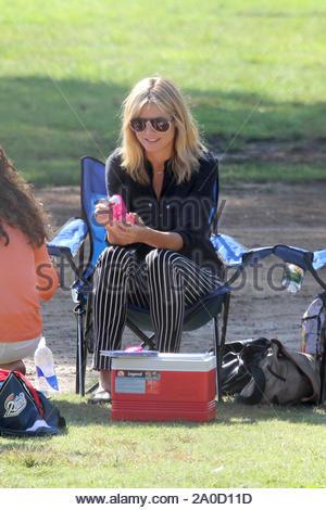 Brentwood, CA - Heidi Klum passe une autre journée sur le terrain avec sa famille où elle et ses parents regardé son fils Henry jouer au football. Heidi et sa fille Sophie a passé quelque mère-fille qu'ils étaient assis sur la ligne de côté ensemble avant Helene a décollé avec des amis pour commencer une partie de ses propres. AKM-GSI le 13 octobre 2012 Banque D'Images