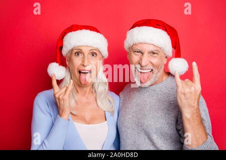 Portrait de deux beau peuple excité cool fou aux cheveux gris magnifique les conjoints mariés mari femme grand-mère grand-père montrant des groupes isolés des gestes Banque D'Images