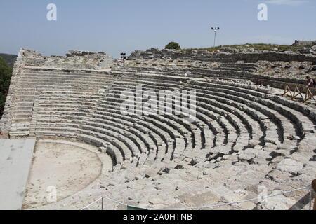 Calatafimi Segesta, Italie - 1 juillet 2016: le théâtre dans le parc archéologique de la ville antique de Segesta Banque D'Images