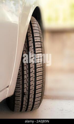 La bande de roulement des pneus de voiture et profondeur des sculptures des pneus de véhicule vue extérieure. Banque D'Images