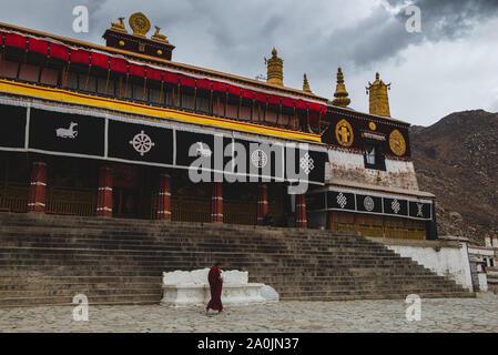 Drepung est le plus grand de tous les monastères tibétains et est situé dans les contreforts de Lhassa, au Tibet. Banque D'Images