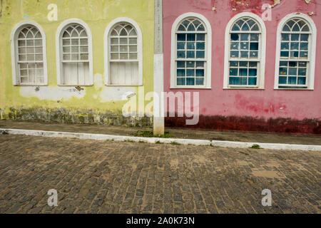 Maisons coloniales colorées dans la ville historique de Cachoeira Banque D'Images