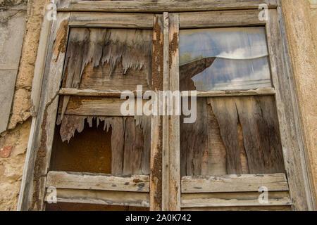 De fenêtre maison abandonnée dans la ville coloniale Banque D'Images