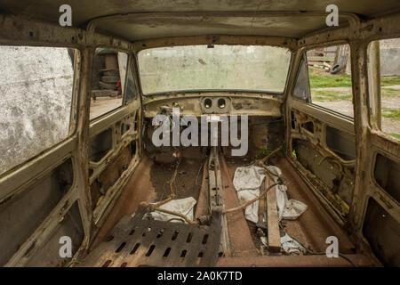 Intérieur de voiture accidentée à l'intérieur d'une usine abandonnée au Brésil Banque D'Images