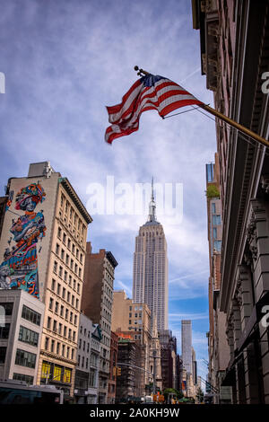 New York, USA - Erii 31 Août 2019: l'Empire State Building et les édifices dans le centre de Manhattan avec les USA flag on top