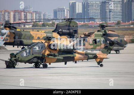 Istanbul, Turquie - Septembre-18,2019:turc et russe d'avions en attente d'air show sur la piste de l'aéroport Ataturk. Banque D'Images