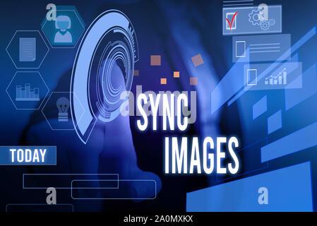 La main conceptuel montrant des images de synchronisation. Faire sens Concept photos identiques dans tous les dispositifs accessibles n'importe où la présence d'usure femme costume de travail Banque D'Images