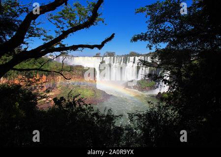 L'arc en ciel sur les chutes d'Iguazu en Argentine et au Brésil Banque D'Images
