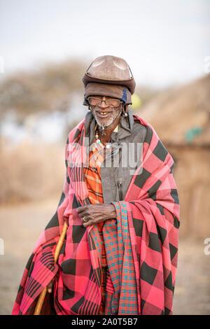 Arusha, Tanzanie, le 7 septembre 2019: vieux homme Massaï en vêtements traditionnels,
