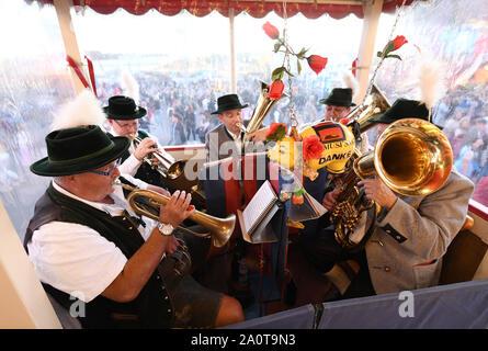 Munich, Allemagne. Sep 21, 2019. Début de l'Oktoberfest. Une fanfare jouant dans un fort à un rideside. Le plus grand festival de musique folklorique dans le monde dure jusqu'au 6 octobre. Credit: Tobias Hase/dpa/Alamy Live News