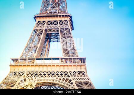 Au milieu de la partie de la Tour Eiffel plus de ciel bleu, Paris, France. Style rétro, Vintage, tonique Banque D'Images