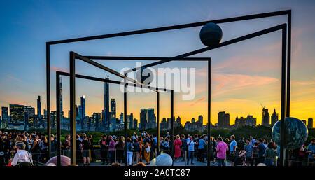 New York, États-Unis, 20 septembre 2019. La ville de New York. Les visiteurs profiter de la vue depuis le jardin sur le toit du Metropolitan Museum of Art de New York city n