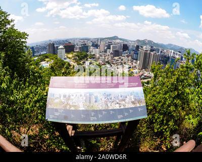 Séoul, Corée du Sud - 3 juin 2017: Avis de Séoul à partir de la plate-forme d'observation dans le parc Namsan. Image Fisheye Banque D'Images