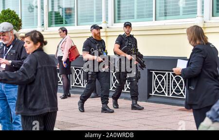 Brighton UK 22 Septembre 2019 - Sécurité des policiers armés lors de la conférence du parti travailliste qui a lieu au centre de Brighton cette année. Crédit photo: Simon Dack / Alamy Live News