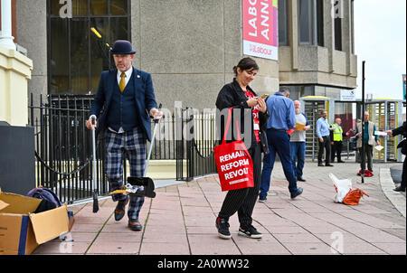 Brighton UK 22 Septembre 2019 - Un membre de l'équipe de l'hôtel Grand range à l'extérieur de la conférence du parti travailliste qui a lieu au centre de Brighton cette année. Crédit photo: Simon Dack / Alamy Live News