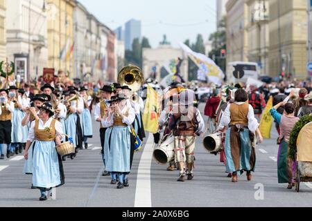 Munich, Allemagne. 22 Sep, 2019. Et pour l'Schützenzug 2011 Oktoberfest. Une fanfare se déplace dans la procession de l'Oktoberfest. Le plus grand festival de musique folklorique dans le monde dure jusqu'au 6 octobre. Credit: Matthias Balk/dpa/Alamy Live News