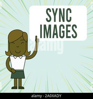 Synchronisez des images montrant des signes de texte. Photo d'entreprise présentant des photos identiques dans tous les dispositifs accessibles n'importe où Femme debout avec soulevées à gauche Banque D'Images