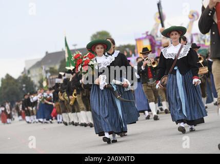 Munich, Allemagne. 22 Sep, 2019. Les gens participent à la parade de l'Oktoberfest à Munich, Allemagne, du 22 septembre 2019. Cette année, l'Oktoberfest va du 21 septembre au 6 octobre. Crédit: Yang Lu/Xinhua/Alamy Live News