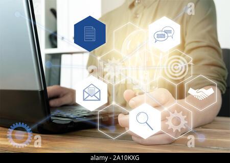 Businesswoman holding glowing ampoule avec la technologie de l'icône de connexion réseau.L'innovation des entreprises concept. Marketing numérique futuriste Banque D'Images