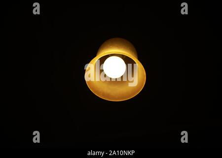 La lumière rougeoyante de l'ampoule dans l'obscurité Banque D'Images