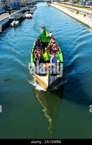 Moliceiro navigation sur le Canal de São Roque, Aveiro, Venise du Portugal, Beira Litoral, Portugal Banque D'Images