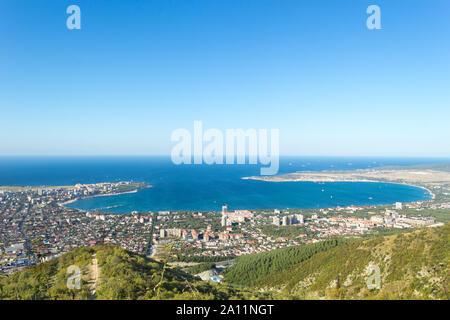 Vue aérienne de Gelendzhik mer baie. Photo de la ville de villégiature de hill de montagnes du Caucase.