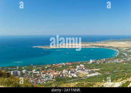 Vue aérienne de Gelendzhik city and sea bay. Photo de station populaire à partir de la colline de montagnes du Caucase.
