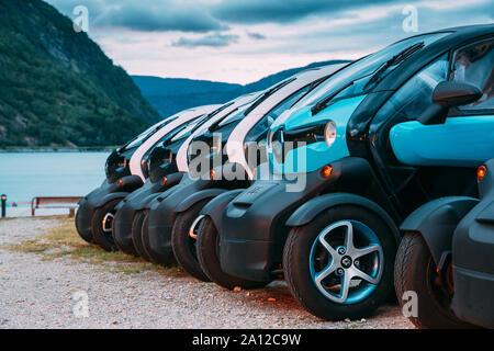 Eidfjord, Norvège - le 13 juin 2019: de nombreuses couleurs noir et bleu Renault Z.E. Voitures garées dans la rangée. Le Renault Z.E. ou zéro émission est une ligne de tous-elec Banque D'Images