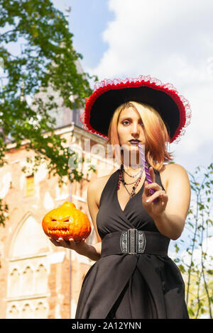 Baguette magique magique sorcière sort jack-o-lanterne costume expression Banque D'Images