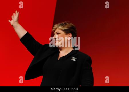 Brighton, UK. Sep 23, 2019. Emily Thornberry, secrétaire des Affaires étrangères de l'ombre, des vagues au cours de la Conférence annuelle 2019 du Parti travailliste à Brighton, Royaume-Uni. Le lundi 22 septembre 2019. Crédit photo: Luke MacGregor/Alamy Live News