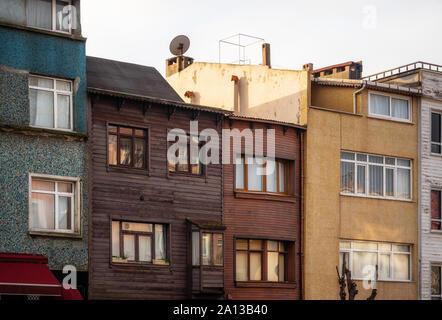 Vieilles pierres et des maisons en bois dans la vieille ville d'Istanbul, Turquie Banque D'Images