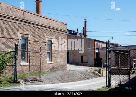 Les bâtiments en briques anciennes sont une usine de meubles anciens, datant de la fin des années 1800, dans l'Indiana USA Banque D'Images