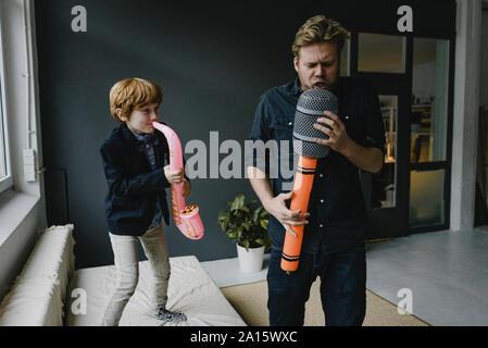 Père et fils jouant des instruments fun Banque D'Images