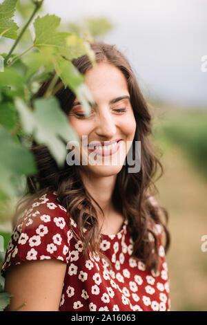 Portrait de jeune femme en riant dans les vignes