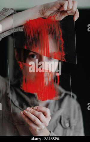 Portrait d'une femme artiste tenant du verre brisé dans son studio Banque D'Images