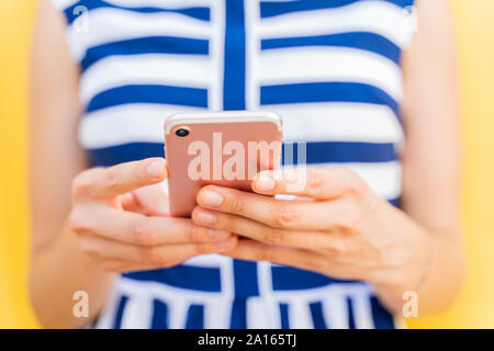 Young woman using smartphone, se concentrer sur l'avant-plan