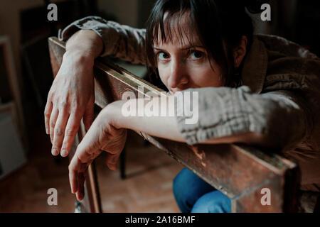 Portrait d'une femme peintre dans son atelier s'appuyant sur photo frame Banque D'Images