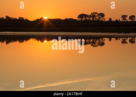 Lever du soleil à la frontière des Pays-Bas et de la Belgique. Deux pays séparés par la rivière de la Meuse. Photo prise depuis la belgique côté pendant heure d'or w