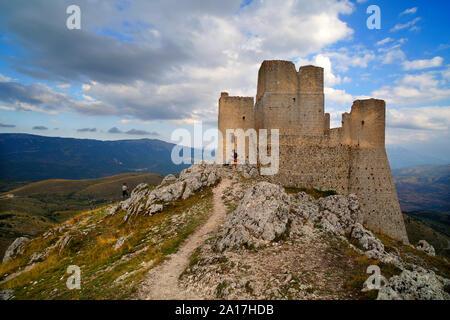 Rocca Calascio, forteresse la plus élevée dans les Apennins, Abruzzo, Italie. Banque D'Images