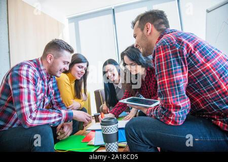 Groupe varié de jeunes travaillant ensemble Concept
