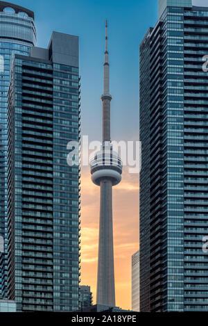 Tour du CN au coucher du soleil dans le centre-ville de Toronto, Canada Banque D'Images