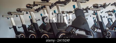Spinning aérobic vélos d'une salle de gymnastique avec de nombreux d'affilée BANNER, format long