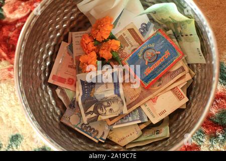 Les billettes. Offrandes. Vat Simuong. Wat Si Muang. Vientiane. Le Laos. / Les billets de banque. L'épargne. Vat Simuong. Wat Si Muang. Vientiane. Le Laos. Banque D'Images