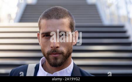 Portrait de jeune homme professionnel en déplacement