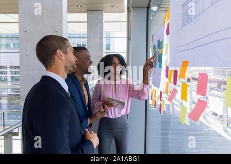 Les jeunes gens d'affaires travaillant dans un bureau moderne