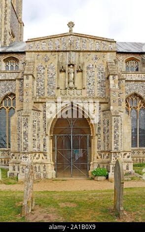 Une vue sur le porche sud de l'église paroissiale de St Mary à Worstead, Norfolk, Angleterre, Royaume-Uni, Europe. Banque D'Images