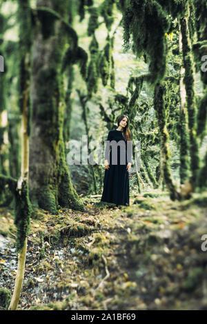 Jeune fille dans une forêt Spooky Halloween Banque D'Images
