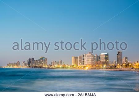 Israël, Tel Aviv, Tel Aviv. En bord de mer de Tel Aviv et skyline at night, vue de la vieille ville de Jaffa. Banque D'Images