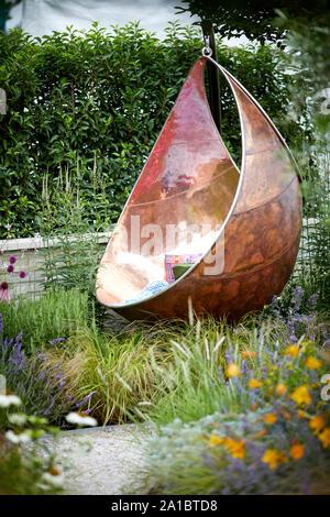 Luxe moderne fauteuil suspendu relaxant coin faite de cuivre sur zone pontés de jardin moderne Banque D'Images