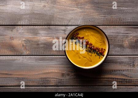 Potage à la maison avec un mélange de haricots avec du poivre rouge et sésame noir sur un fond de bois. Vue d'en haut Banque D'Images